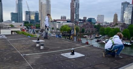 Aangelijnd op het dak en vallen: niets aan de hand?