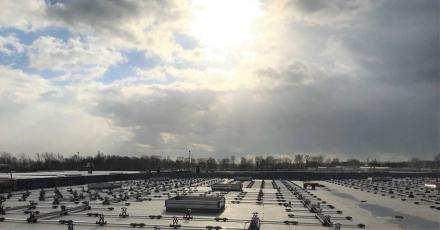 Bijna 10.000 zonnepanelen op drie daken bottelaar