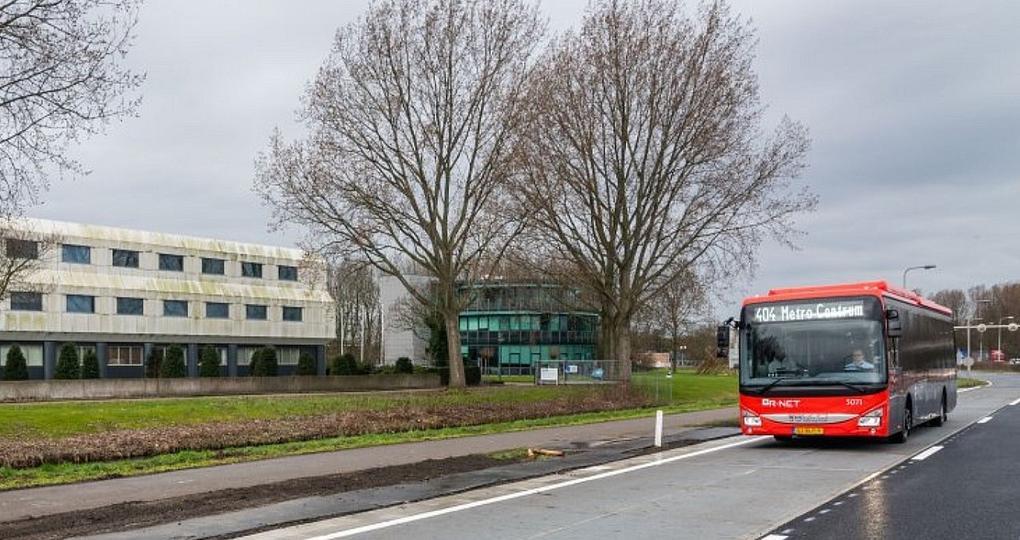 Busbaan met zonnecellen als mini-energiecentrale