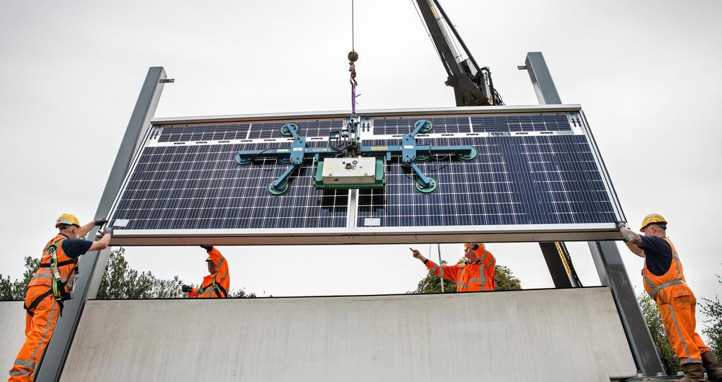 Eerste zonnepanelen ingehangen op Solar Highways
