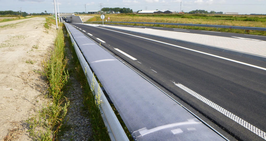 Flexibele zonnecellen wekken stroom op in de vangrail