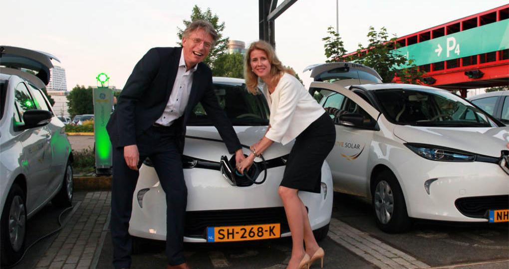 Grote accu bij Jaarbeurs laadt elektrische auto's op zon na zonsondergang