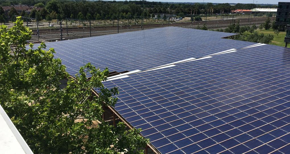 Parkeerdek met 3500 zonnepanelen officieel geopend