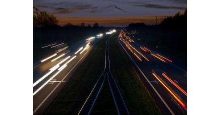 Veilige donkere wegen door lichtgevende verf