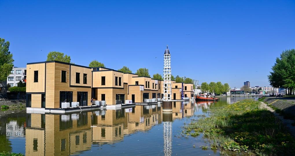 Waterwoningen drijven in Rotterdamse haven