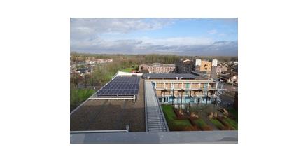 Woningcorporatie OFW plaatst 499 zonnepanelen op woonservicecentrum Dronten