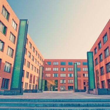 eerste 283 zonnepanelen op dak studentenflat in delft | gezonde gebouwen